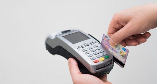 Vediamo il caso in cui la spesa detraibile è pagata con carta di credito a fine anno con addebito in c/c l'anno successivo