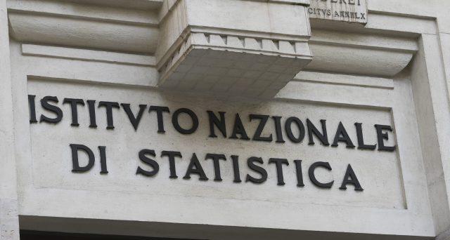 Si appiattisce sempre più la curva di distribuzione dei redditi in Italia. Tre contribuenti su quattro dichiarano meno di 28.000 euro.