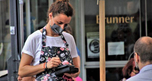 Si può licenziare il dipendente che rifiuta di servire cliente senza mascherina? La sentenza n. 9/2021, il Tribunale di Arezzo.