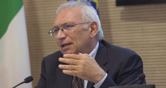 Il ministro Bianchi intende prorogare al 30 giugno il calendario scolastico. Previsto anche il rientro a scuola il 6 settembre.
