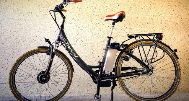Sempre più in giro si vedono persone montare su biciclette elettriche con pedalata assistita. Vediamo se e quando si può detrarre la spesa