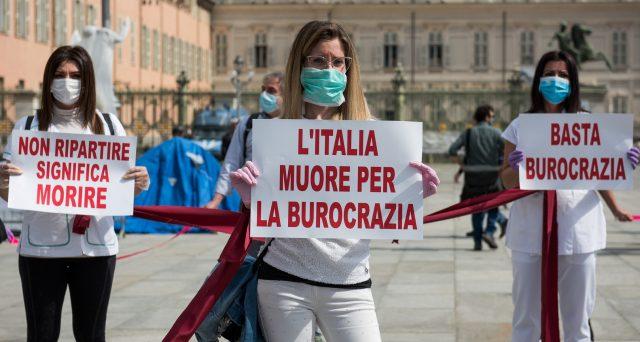 L'Italia è ferma sulle scartoffie e la Cna lancia l'allarme burocrazia: fino a 86 adempimenti per aprire un'officina.