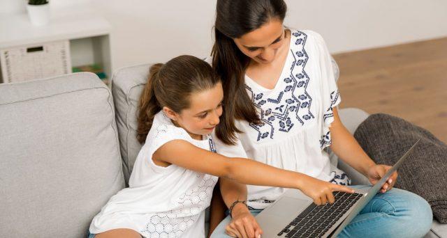 Al via la procedura Inps online per presentare domanda di congedo parentale straordinario per i figli a casa da scuola. Chi ne ha diritto e quanto vale.