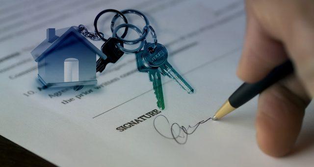 L'acquirente l'immobile subentra per legge nel contratto di locazione in essere ed è opportuno comunicarlo all'Agenzia delle Entrate