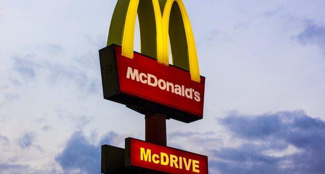 Perché nessuno si candida per lavorare da McDonald's? È davvero colpa della pandemia? Il caso del gestore pronto a pagare per un colloquio.