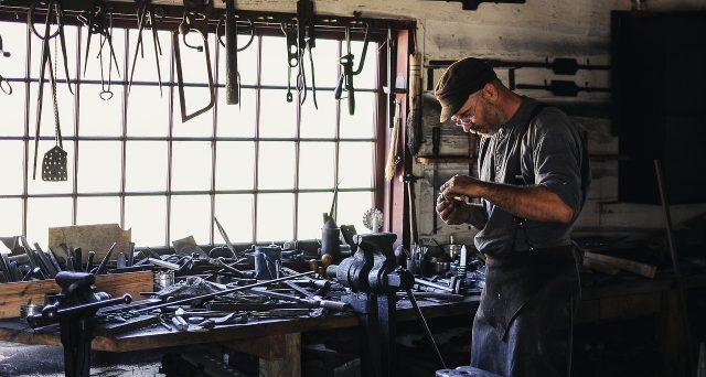 Pensione troppo bassa e come aumentare l'importo: quanto versano di contributi artigiani e commercianti