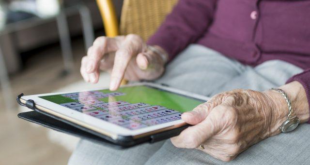 Anziano in casa di riposo: cosa fare per non pagare il canone RAI