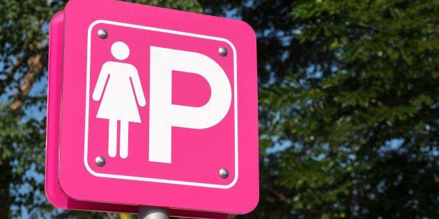 Cosa cambia al Codice della Strada, la novità più importante riguarda i parcheggi rosa. Multe più salate anche per le soste abusive.