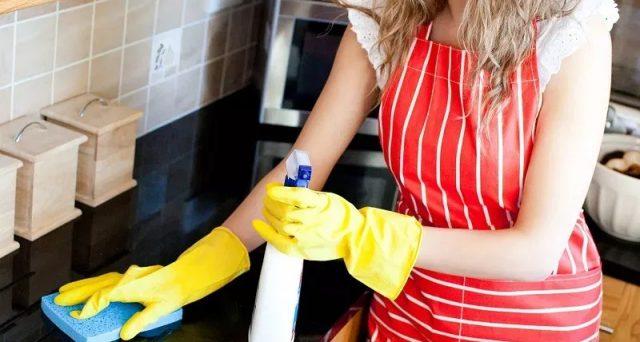 Donna delle pulizie senza Green Pass: chi deve licenziarla?