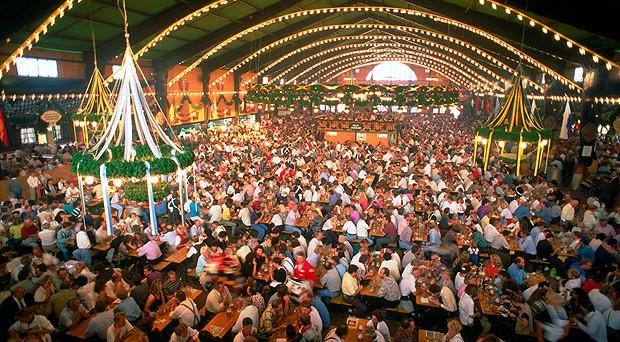 L'Oktoberfest 2017 inizierà il 16 settembre: tanti appuntamenti tra birra, specialità e parate in costume.