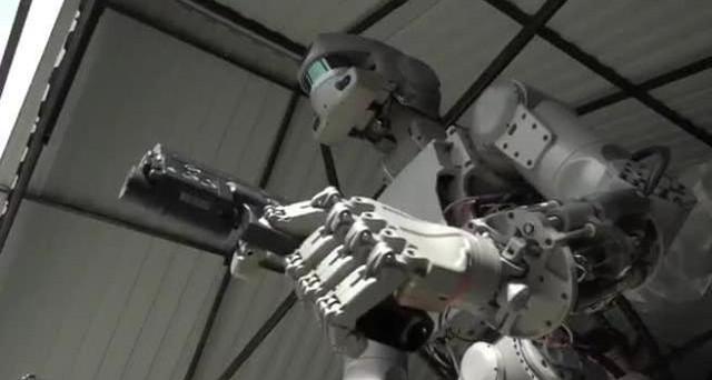Arriva Fedor, il cyborg russo che spaventa tutti. Sul web il suo video è già virale ed è stato battezzato subito il Terminator di Putin.