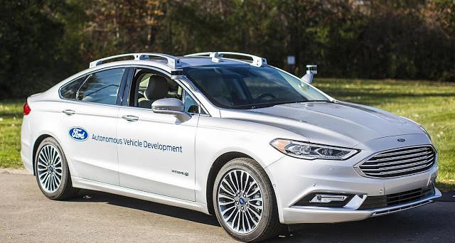 Il vicepresidente con delega alla ricerca e sviluppo di Ford ha affermato che auto a guida autonoma di Ford non saranno vendute ai privati prima del 2026