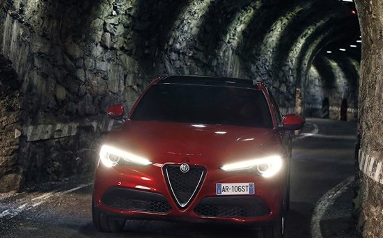 Alfa Romeo e Tesla sono due realtà totalmente diverse ma entrambe condividono lo stesso obiettivo: superare nel lungo periodo Audi, Bmw e Mercedes