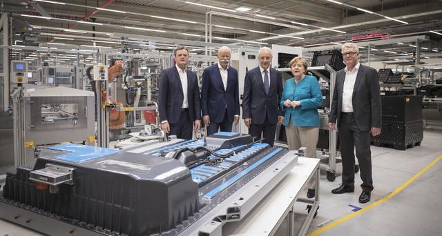 Mercedes alla presenza della Cancelliera tedesca Angela Merkel inaugura vicino a Dresda la sua mega fabbrica di batterie agli ioni di litio
