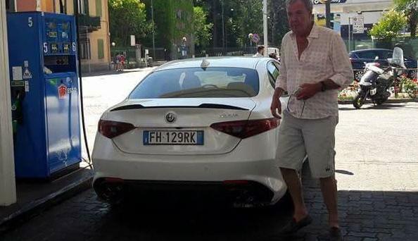 Alfa Romeo Giulia: l'ex conduttore di Top Gear Jeremy Clarkson beccato in Italia a bordo di una  Giulia Quadrifoglio bianca.