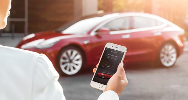 Tesla Model 3 si aprirà con una app dello smartphone, dopo 130 anni la nuova auto di Elon Musk sarà la prima senza chiave fisica.