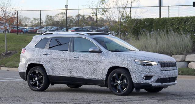 Jeep Cherokee 2019: prime foto spia per la futura versione del famoso suv di Jeep che forse sarà mostrato in anteprima a Detroit a gennaio.