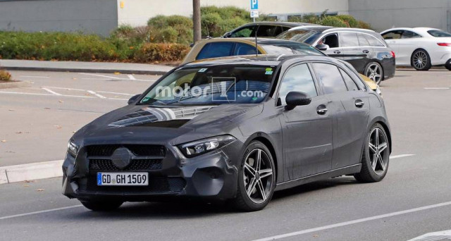 Mercedes Classe A nuova generazione è stata immortalata accanto ad una Volkswagen Golf in versione prototipo di pre-produzione, l'auto arriverà nel 2018