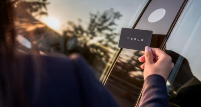 Tesla pensa ad un futuro completamente senza chiavi fisiche per le sue auto grazie alle app e alle tessere plastificate NFC.