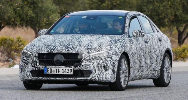 Mercedes Classe A Sedan: nuove foto spia del muletto camuffato della versione a berlina della nuova Classe A sono apparse sul web a mostrare nuovi dettagli.