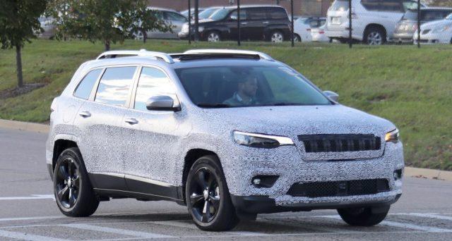 Jeep Cherokee 2018: ecco una delle ultime foto spia apparse sul web ad immortalare la nuova versione del veicolo che debutterà nel 2018 forse a Detroit