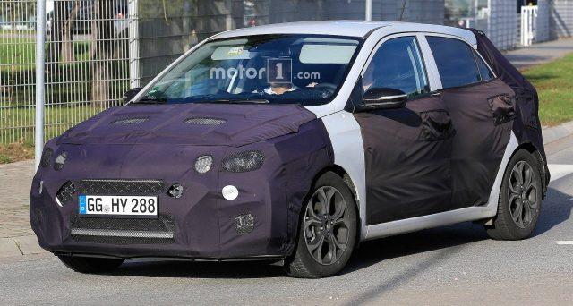 Nuova Hyundai i20: nuove foto spia sono emerse negli ultimi giorni dal web, il nuovo modello dovrebbe debuttare al Salone di Ginevra di marzo.
