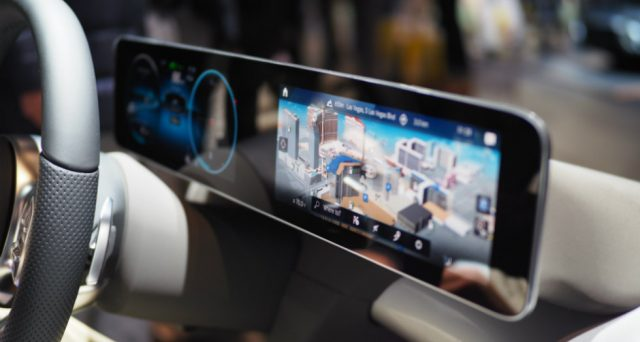 La nuova Mercedes Classe A sarà equipaggiata con il sistema multimediale 'intelligente e intuitivo' MBUX che permetterà al conducente di dialogare con l'auto.