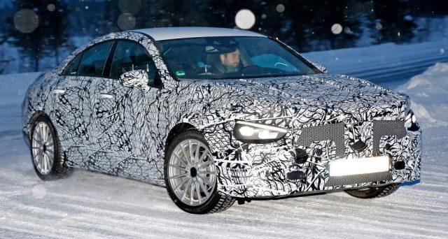 Il prototipo camuffato della nuova Mercedes CLA è stato immortalato nelle scorse ore mentre stava svolgendo alcuni test sulle nevi.