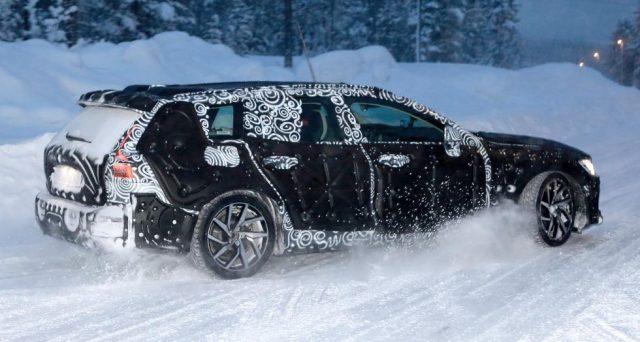 Nuova Volvo V60: prime foto spia del futuro veicolo che dovrebbe essere presentato entro fine anno dalla casa svedese.