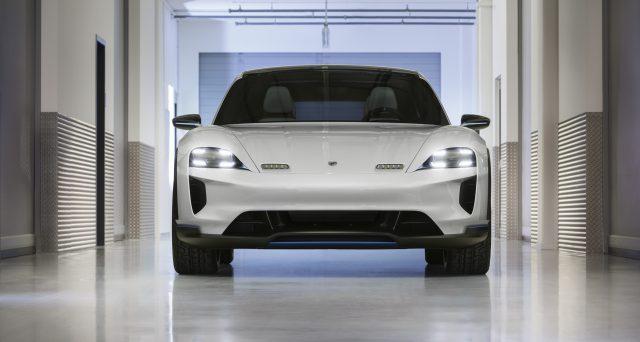 Porsche Mission E Cross Turismo Concept: è stato svelato al salone dell'auto di Ginevra il suv elettrico con potenza di 600 cv e 500 km di autonomia.