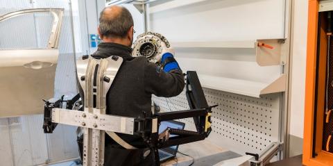 Fiat Chrysler Melfi:un esoscheletro passivo con attuatore potenziato che permette ai lavoratori di sollevare con facilità fino a 15 kg è stato fornito ad alcuni dipendenti.