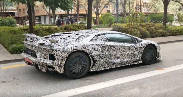 Lamborghini Aventador Super Veloce Jota: le ultime immagini spia fanno ipotizzare un debutto imminente per la vettura del brand italiano.