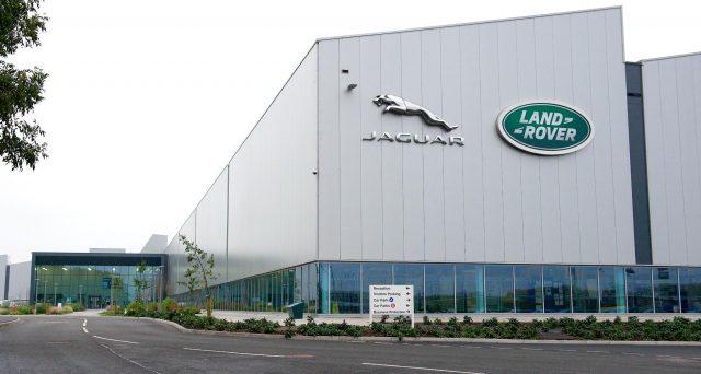 Jaguar Land Rover costretta a chiudere il suo stabilimento di Solihull in Uk per 2 settimane per il calo della domanda.