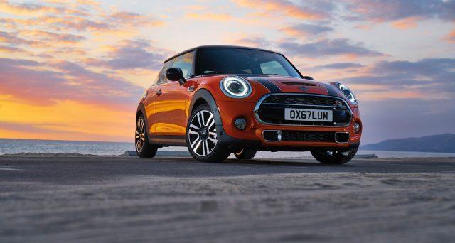 Nuova Mini: la vettura svelata al Salone di Detroit in gennaio arriva adesso in Italia, il veicolo si mostra nelle concessionarie ufficiali del marchio britannico.