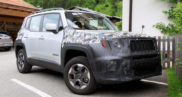 La nuova Jeep Renegade è stata immortalata in alcune nuove immagini spia, il suo debutto entro fine anno.