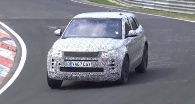 Nuova Range Rover Evoque: un video pubblicato su Youtube mostra il prototipo camuffato impegnato in una serie di giri veloci al Nurburgring.