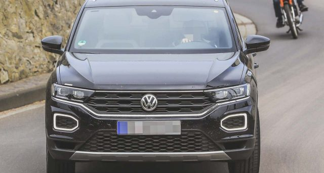 Volkswagen T-Roc R: il prototipo della futura versione top di gamma del celebre Suv della casa tedesca è stato avvistato in alcune foto spia.