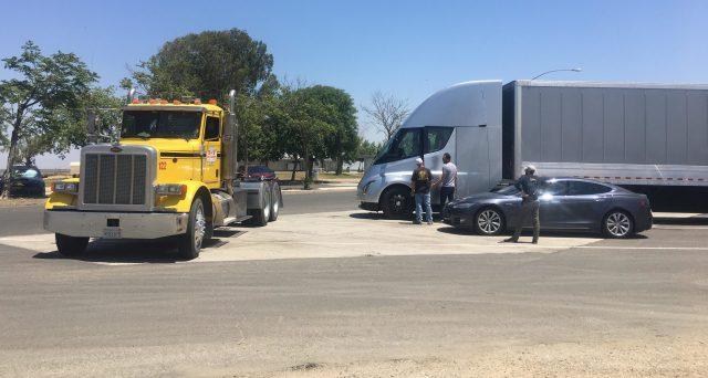Tesla Semi immortalato in strada nei pressi dello stabilimento Tesla di Fremont, il veicolo è stato fotografato con il rimorchio.