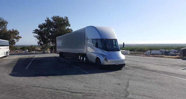 Il debutto del primo camion elettrico di Tesla inizialmente previsto per il 2019 è stato ufficialmente rinviato al 2020