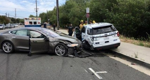 Tesla: nuovo incidente in California, un esemplare di Model S con Autopilot in funzione si schianta contro un'auto della polizia.