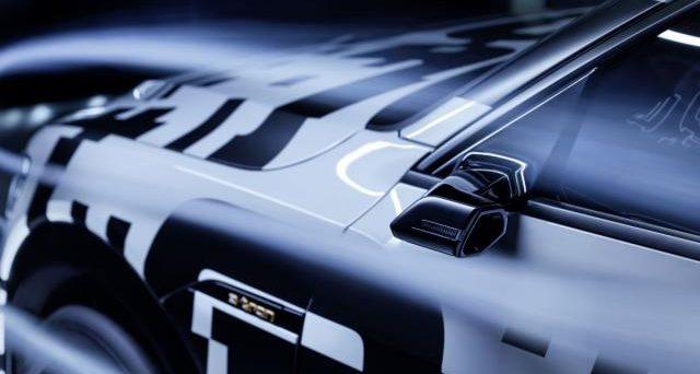 Audi e-tron: la prima auto 100 per cento elettrica della casa tedesca avrà telecamere al posto degli specchietti laterali.