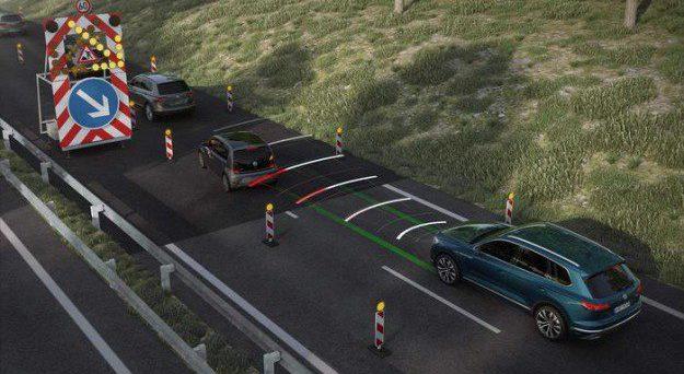 Nuova Volkswagen Touareg: la vettura è dotata di Traffic Jam Assist che garantisce una guida semi automatica a basse velocità.