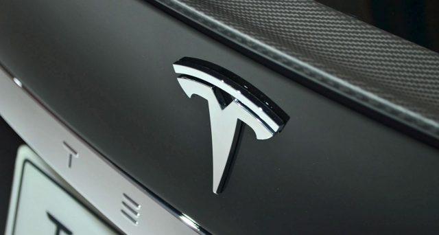 Tesla sotto indagine da parte dell'FBI per aver ingannato gli investitori sulle previsioni di produzione di Model 3.