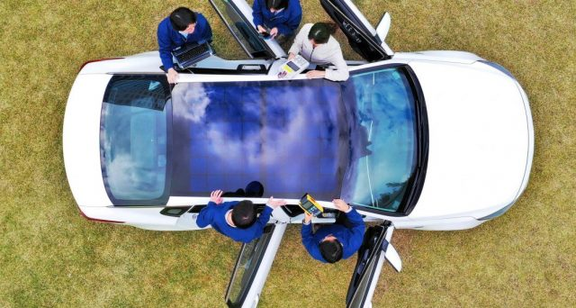 Hyundai e Kia hanno annunciato l'intenzione di installare pannelli solari su alcuni dei loro veicoli.