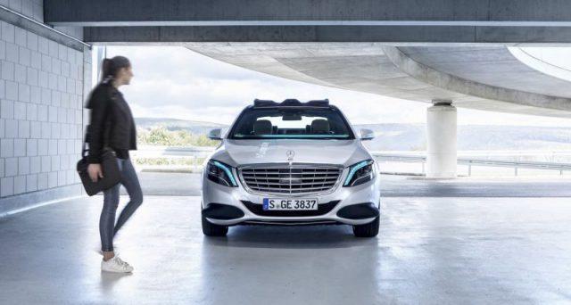 Mercedes sperimenta una tecnologia che mette in comunicazione attraverso segnali luminosi pedoni e auto a guida autonoma