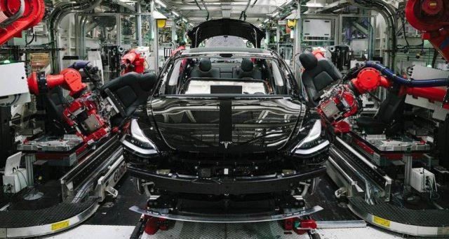 La casa automobilistica di Elon Musk ha pubblicato nelle scorse ore un video che mostra passo dopo passo come viene fabbricata una Tesla Model 3