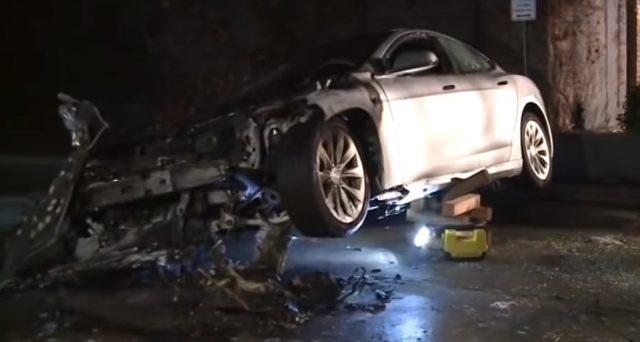 Un Tesla Model S  avrebbe preso fuoco all'improvviso mentre era parcheggiata