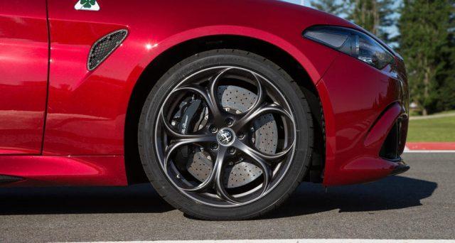 Alfa Romeo Stelvio e Giulia Quadrifoglio riescono a ottenere due prestigiosi premi dalla rivista What Car?