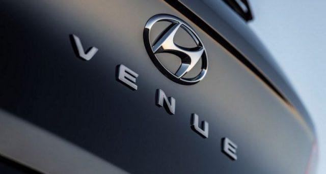 Prima immagine teaser del nuovo crossover compatto di Hyundai
