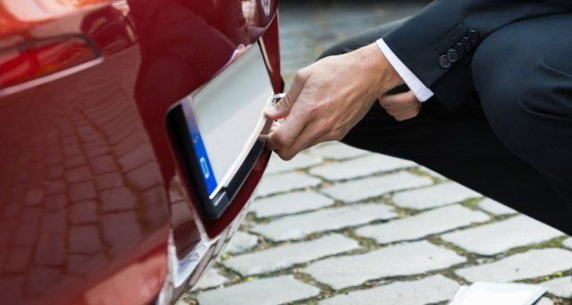 Danilo Toninelli annuncia che a breve anche in Italia arriveranno le targhe personalizzate